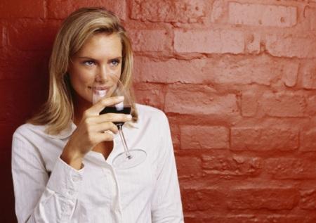 Красное вино на страже женской красоты