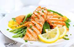 Жареная красная рыба с овощами
