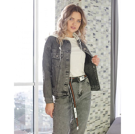 Девушка в модной, серой джинсовке